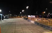 Un cop ha acabat la manifestació, un nombrós grup de manifestants s'ha concentrat davant de la subdelegació del Govern estatal,