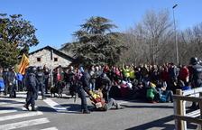 Els Mossos d'Esquadra desallotjant els manifestants que ocupaven la calçada de l'N-260 a la Seu.
