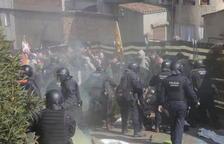 La càrrega dels antiavalots contra els manifestants al carrer la Parra.