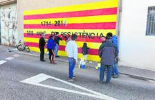 Reparen murals independentistes danyats al Palau
