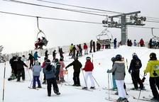 Cola de esquiadores ante un telesilla en Port Ainé el pasado mes de enero.