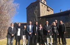 La consellera Borràs y autoridades locales y comarcales, ayer ante el Palau Abacial de El Pont de Suert.