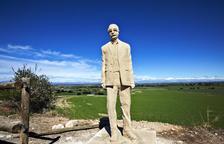 L'escultura de Manuel de Pedrolo ja dóna la benvinguda al seu poble, l'Aranyó