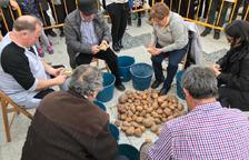 El concurso de pelar patatas atrajo a numeroso público.