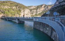 La pasarela actual que termina en el puente donde se construirá la nueva, también adosada.