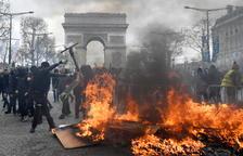 Augmenta la violència dels Armilles Grogues a París