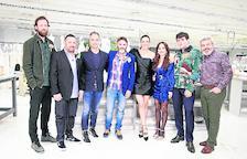 Los actores invitados a la final posan junto al director de Pronovias, la presentadora y el jurado.