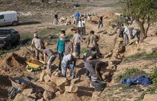 Voluntaris preserven els marges de pedra seca