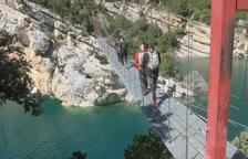 Los turistas reestrenan la pasarela de Mont-rebei