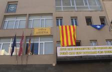 VÍDEO. Alcarràs cambia los símbolos de la fachada del Ayuntamiento