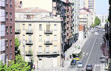 Imatge de Príncep de Viana amb els dos edificis que sobresurten al costat de Prat de la Riba i Alfred Perenya.