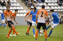 Xemi, en el moment en què connecta la rematada que va suposar el primer gol del Lleida, ahir davant del Peralada al Camp d'Esports.