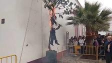 VÍDEO. Indignació general per l'afusellament i crema del ninot de Puigdemont