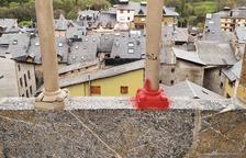 Apareixen almenys quatre pintades al castell de Sort