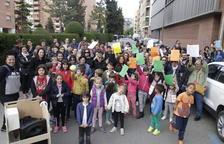 Las AMPA reclaman seguir gestionando los comedores escolares  -  La Plataforma Menjadors Escolars y Marea Groga organizaron ayer una concentración ante la sede de los servicios territoriales de Educación para reclamar que se firme de una vez un c ...