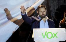 El líder de Vox, Santiago Abascal, saluda els seguidors de la seua formació, ahir a Madrid.