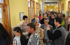 Cues per votar diumenge en un col·legi electoral de Mollerussa.