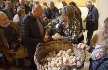 Anglesola reparte 12.000 panecillos de la Santa Creu