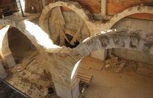 Neteja per preservar el local de les arcades de Castelldans