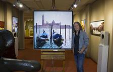 El pintor Jon Landa, junto a uno de sus cuadros de los canales de Venecia.