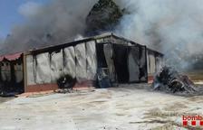 Un incendio calcina por completo una granja de Juneda