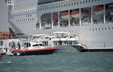 Un creuer xoca contra un vaixell turístic a Venècia