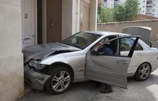 Dos heridos tras empotrarse un coche en un portal de Tàrrega
