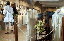 L'exposició reflecteix la moda i els costums religiosos del segle passat.