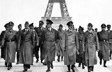 Adolf Hitler i el seu seguici, passejant per l'entorn de la Torre Eiffel.