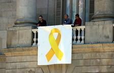 Barcelona penja una altra vegada un llaç pels presos a la façana del consistori