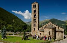 Un grup de visitants en una activitat guiada al temple romànic de Sant Climent de Taüll.