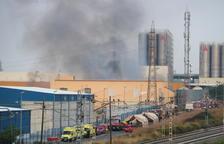 Un incendio quema una nave de productos químicos de un polígono de Tarragona