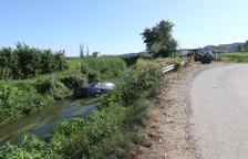Un home salva un conductor després de caure amb el cotxe al canal a Lleida