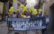 Los manifestantes recorrieron el centro de Tàrrega con una pancarta y globos amarillos.