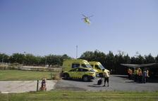 El helicóptero del SEM se dispone a aterrizar en el parque de Bomberos de Lleida, ayer.