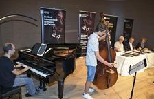 El pianista Jordi Castellà y el contrabajista Denís Crosu amenizaron ayer la presentación del festival.