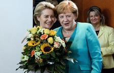 Merkel sitúa en Defensa a su sucesora al frente de la CDU