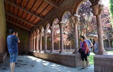 Unos turistas de Sabadell fueron ayer de los primeros visitantes del claustro tras su reapertura.