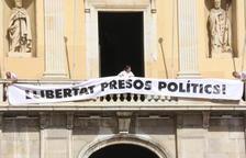 VÍDEO. El balcó de l'Ajuntament de Tarragona ja llueix la pancarta de suport als presos independentistes