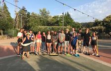Jóvenes de La Pobla de Cérvoles limpian calles, jardines y parques