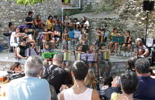 Los alumnos de l'Escola Folk del Pirineu durante su actuación en el escenario del Café Trama.