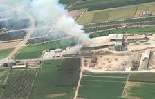 Incendio de alfalfa en una nave industrial de Ivars d'Urgell