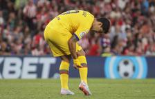 Luis Suárez es queixa del bessó dret durant el partit de divendres amb l'Athletic.