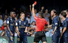 L'àrbitre lleidatà Estrada Fernández mostra la targeta roja a Luka Modric, jugador del Madrid.