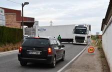 Queixes per camions que tallen una carretera a Albatàrrec