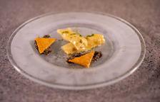 Caneló d'hummus i oliva negra amb esfèric d'oli i tapenade