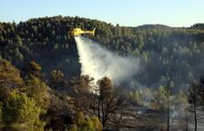 Un helicóptero descargando agua sobre el incendio.