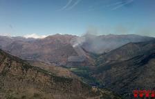 37 dotaciones de Bombers trabajan en un incendio en la Guingueta d'Àneu