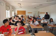 Estudiantes en el interior de los módulos acondicionados como nuevo instituto de Mollerussa.