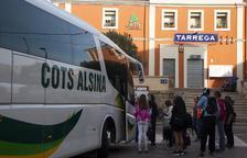 Un autocar recogió ayer en Tàrrega a los viajeros que esperaban el tren de Cervera a Lleida.